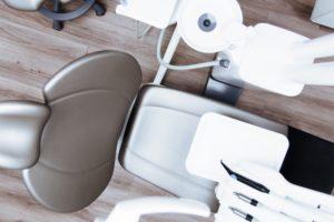 Zęby można wybielić profesjonalnie na dwa sposoby